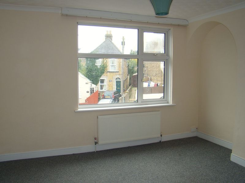 3 bed house to rent in Gillingham Road 6