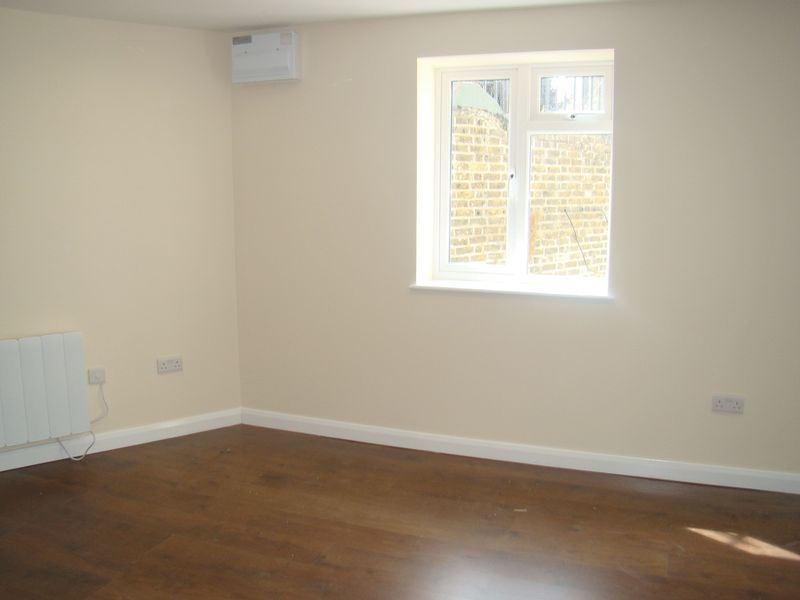 2 bed house to rent in Luton Road 5