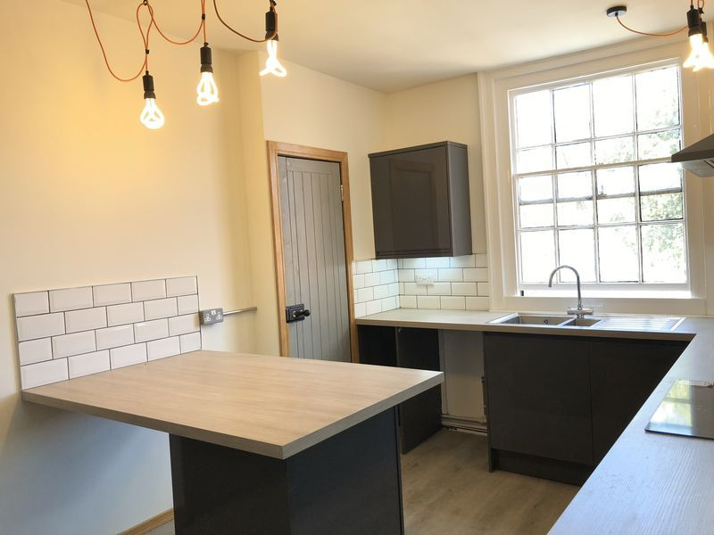 2 bed flat to rent in High Street
