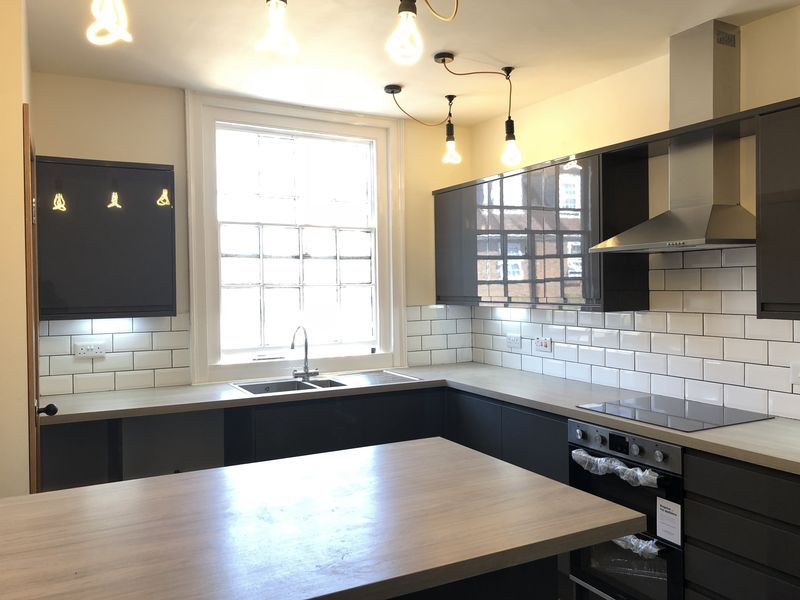2 bed flat to rent in High Street 12