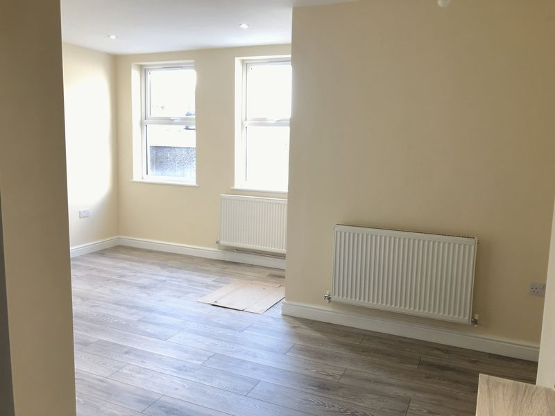 2 bed flat to rent in High Street 4