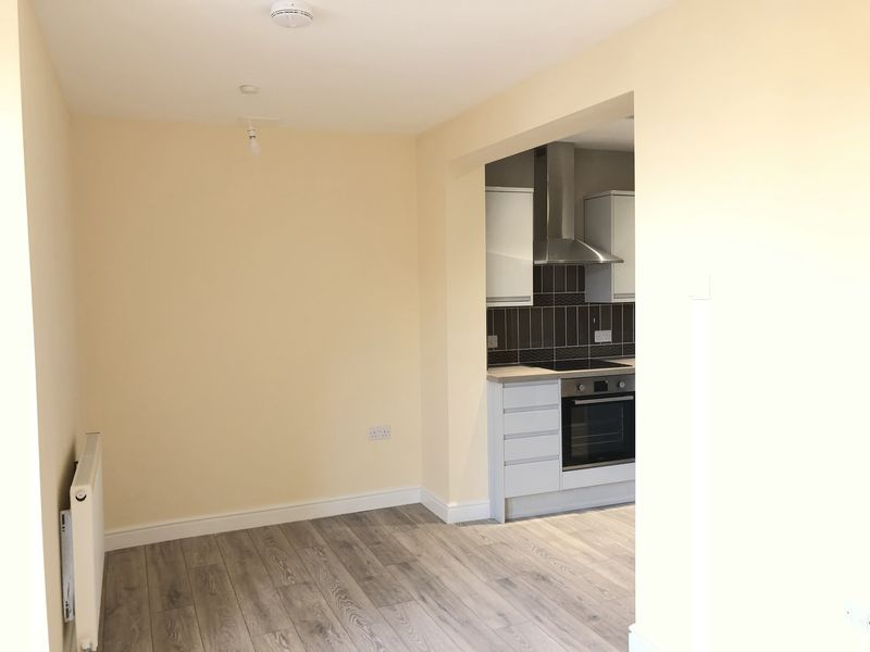 2 bed flat to rent in High Street 6