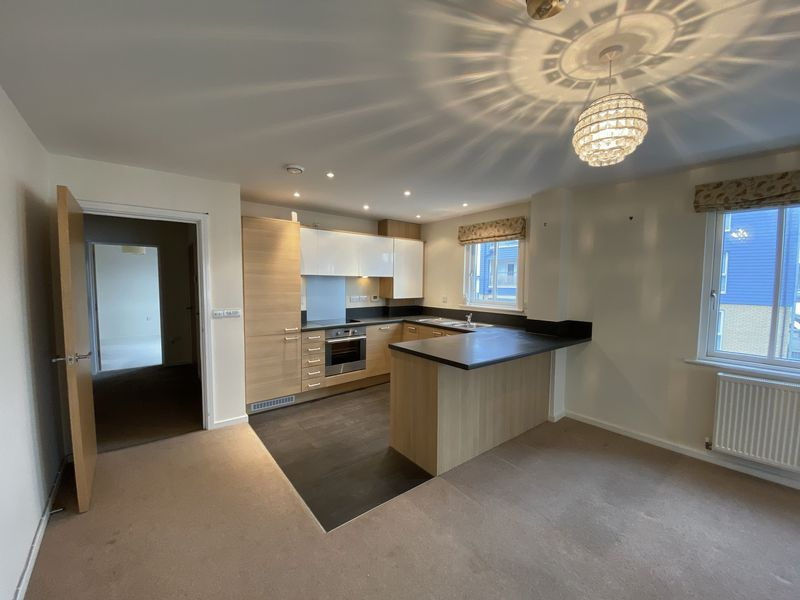 2 bed flat to rent in Rivermead 5