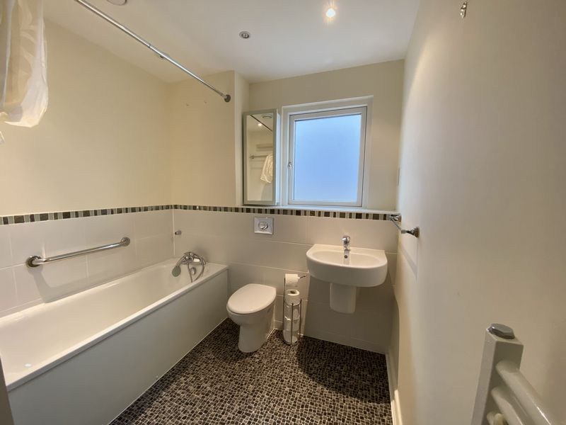 2 bed flat to rent in Rivermead 9