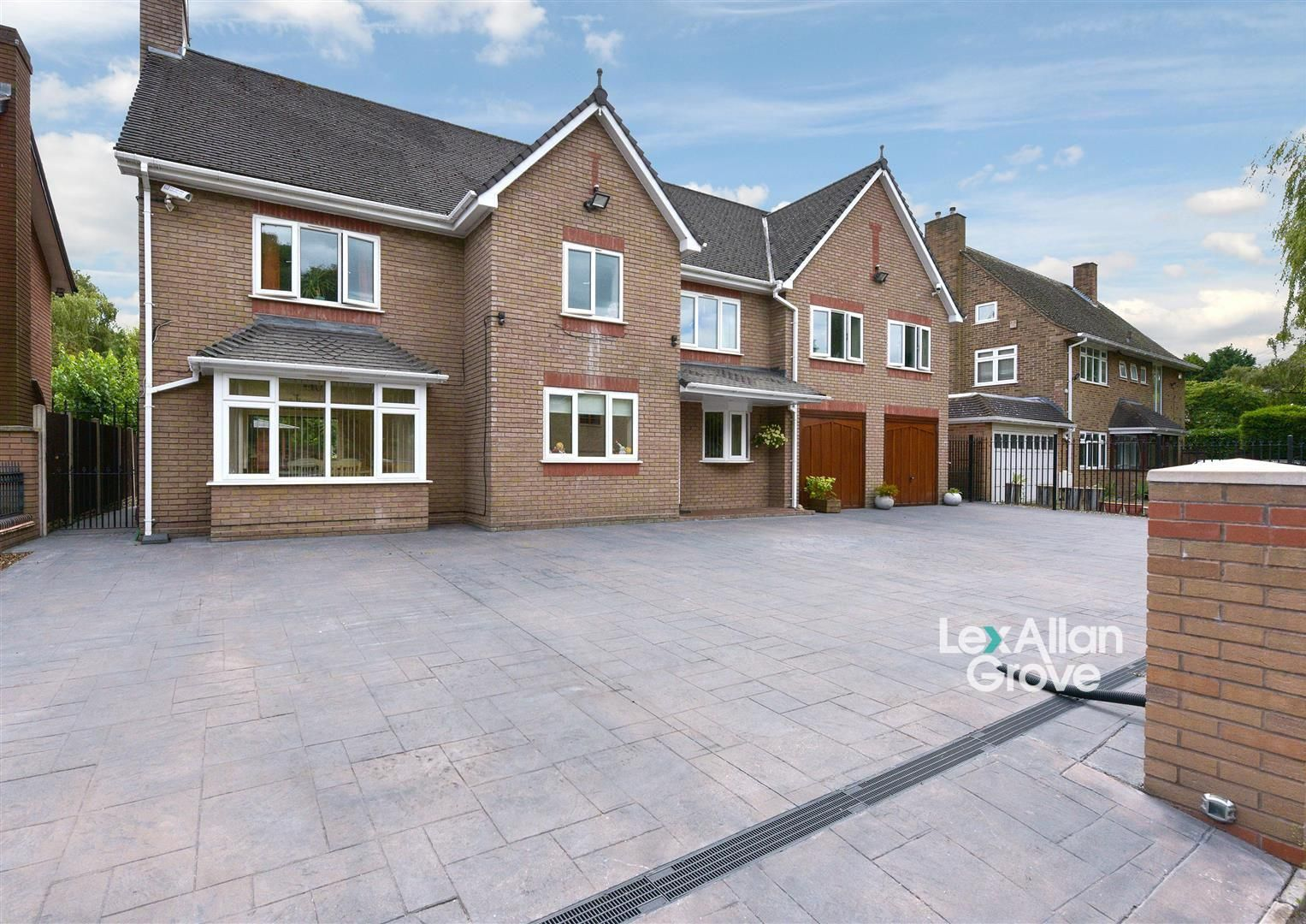8 bed detached for sale, B17