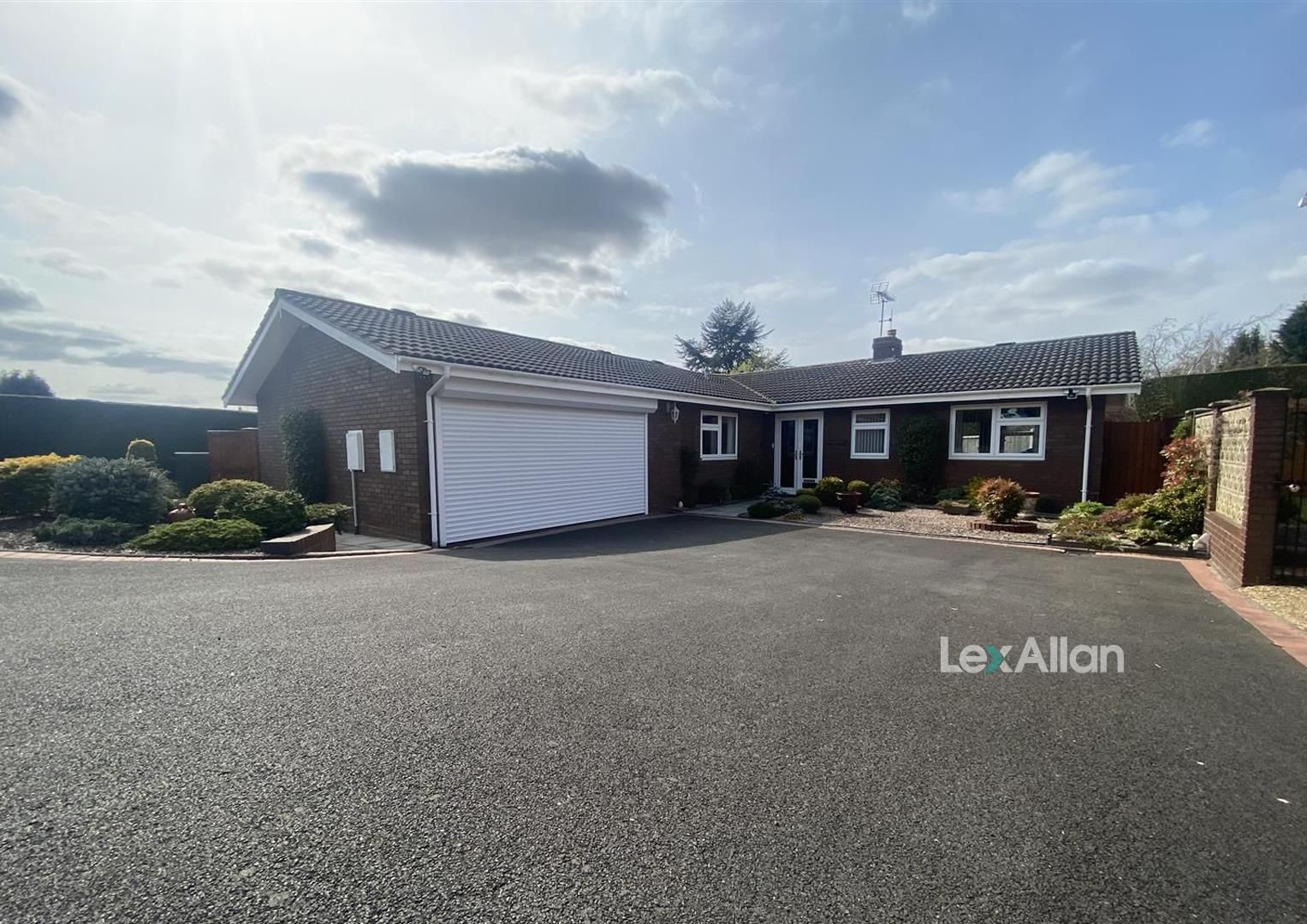 3 bed detached-bungalow for sale in Kinver - Property Image 1