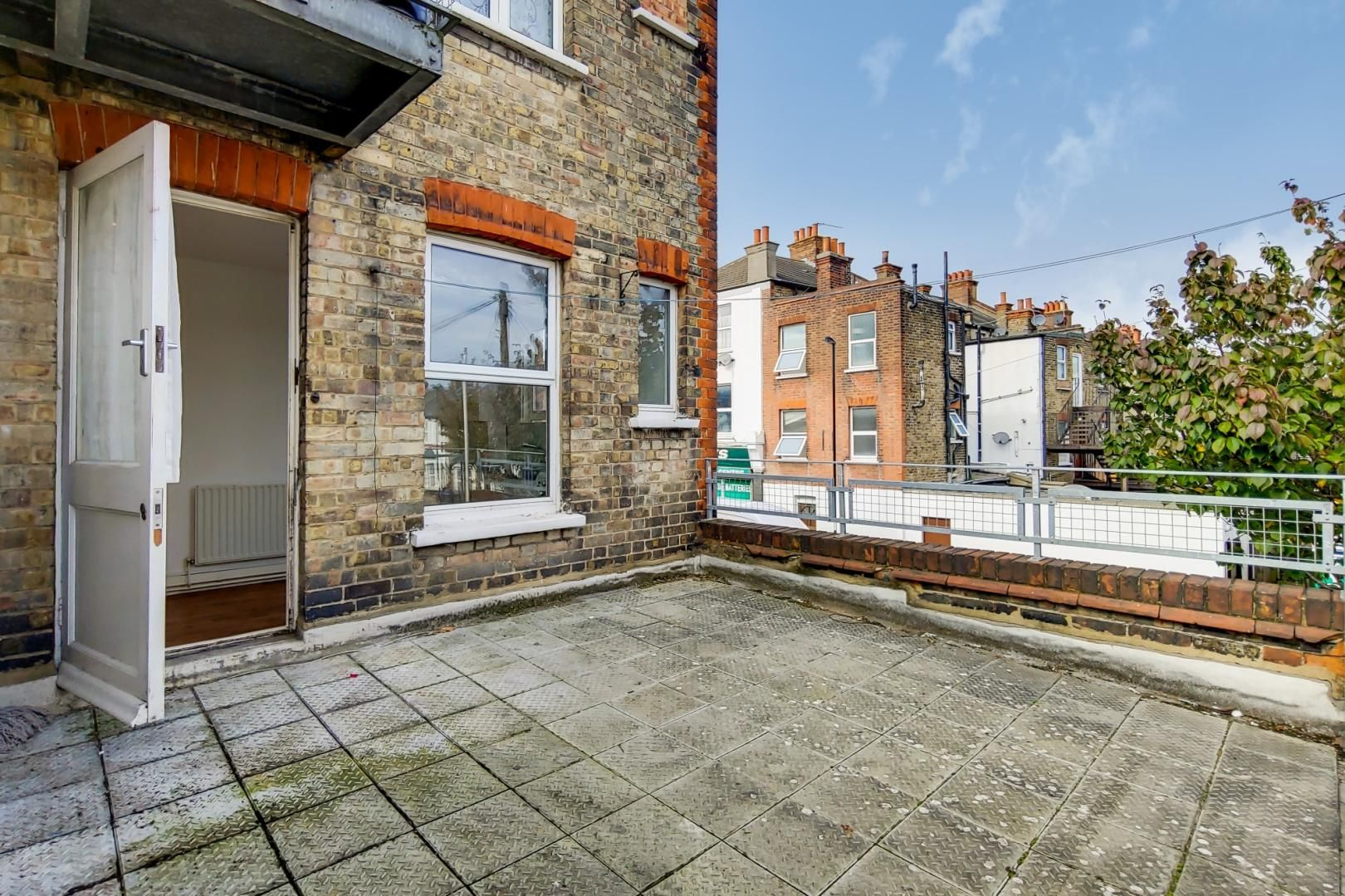3 bed flat for sale in Portland Road  - Property Image 2