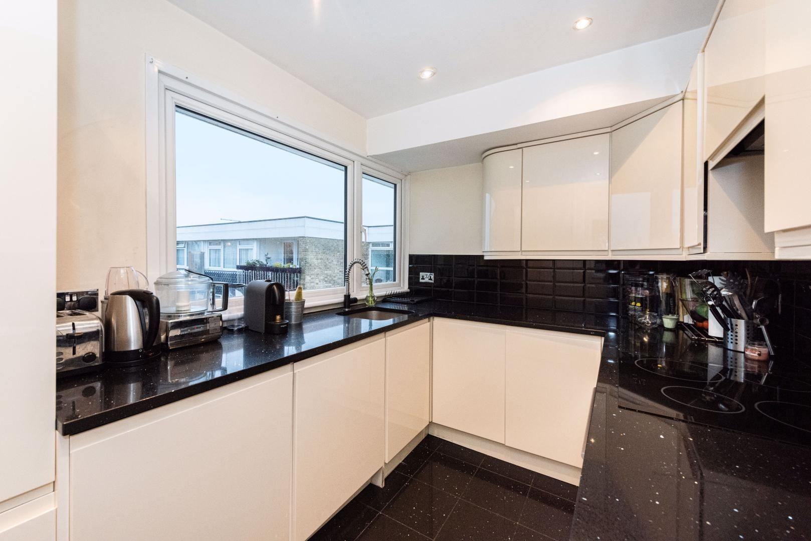 2 bed flat to rent in Whitehall Lane - Property Image 1
