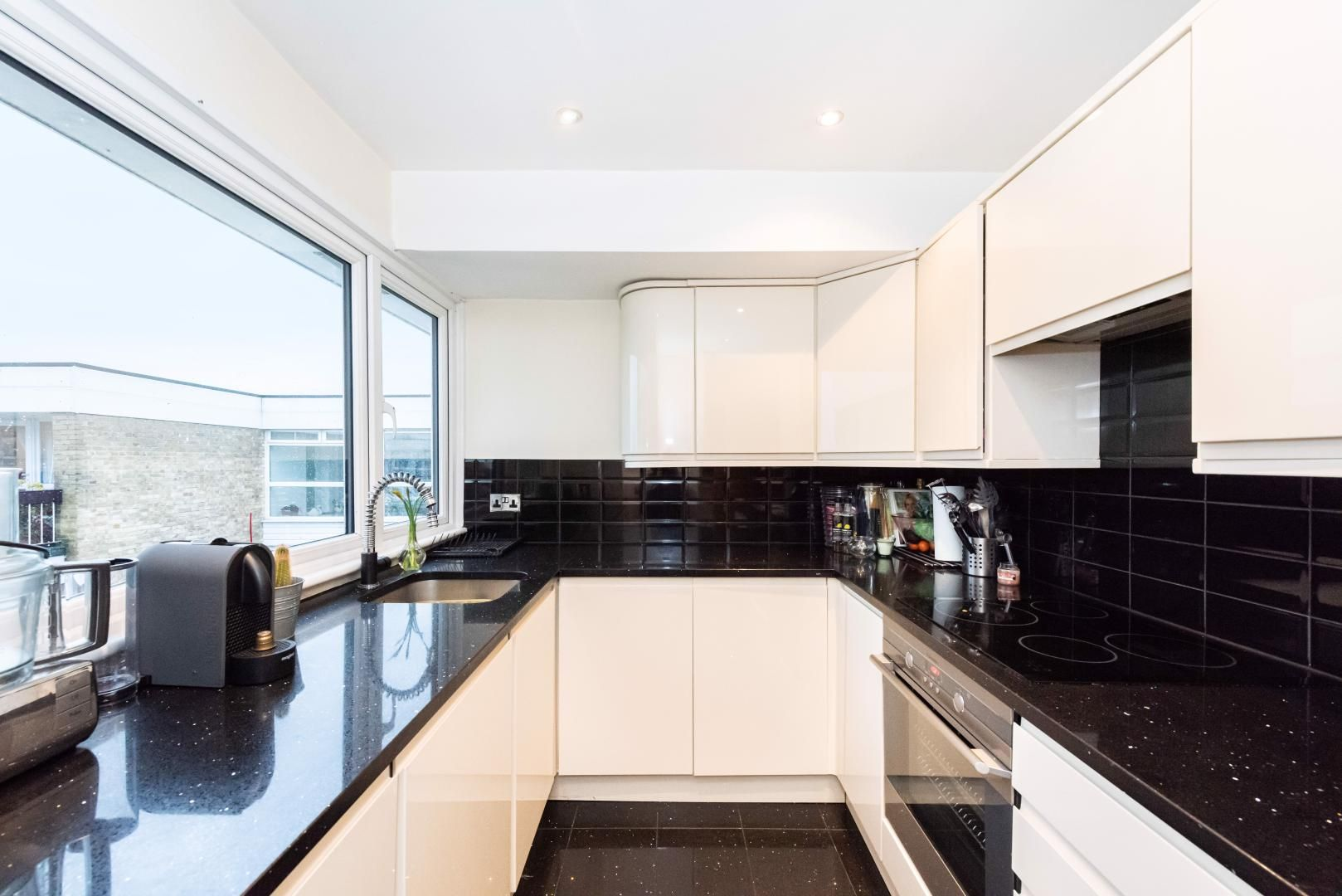 2 bed flat to rent in Whitehall Lane  - Property Image 5