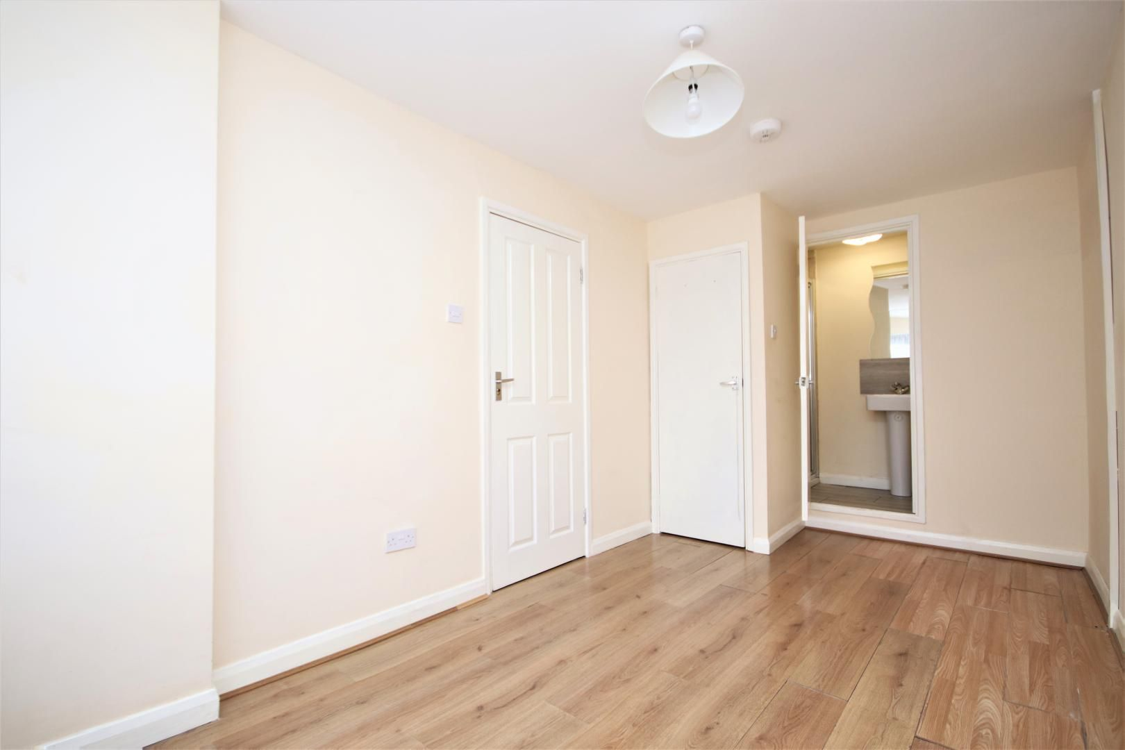 5 bed house to rent in Croombs Road  - Property Image 2