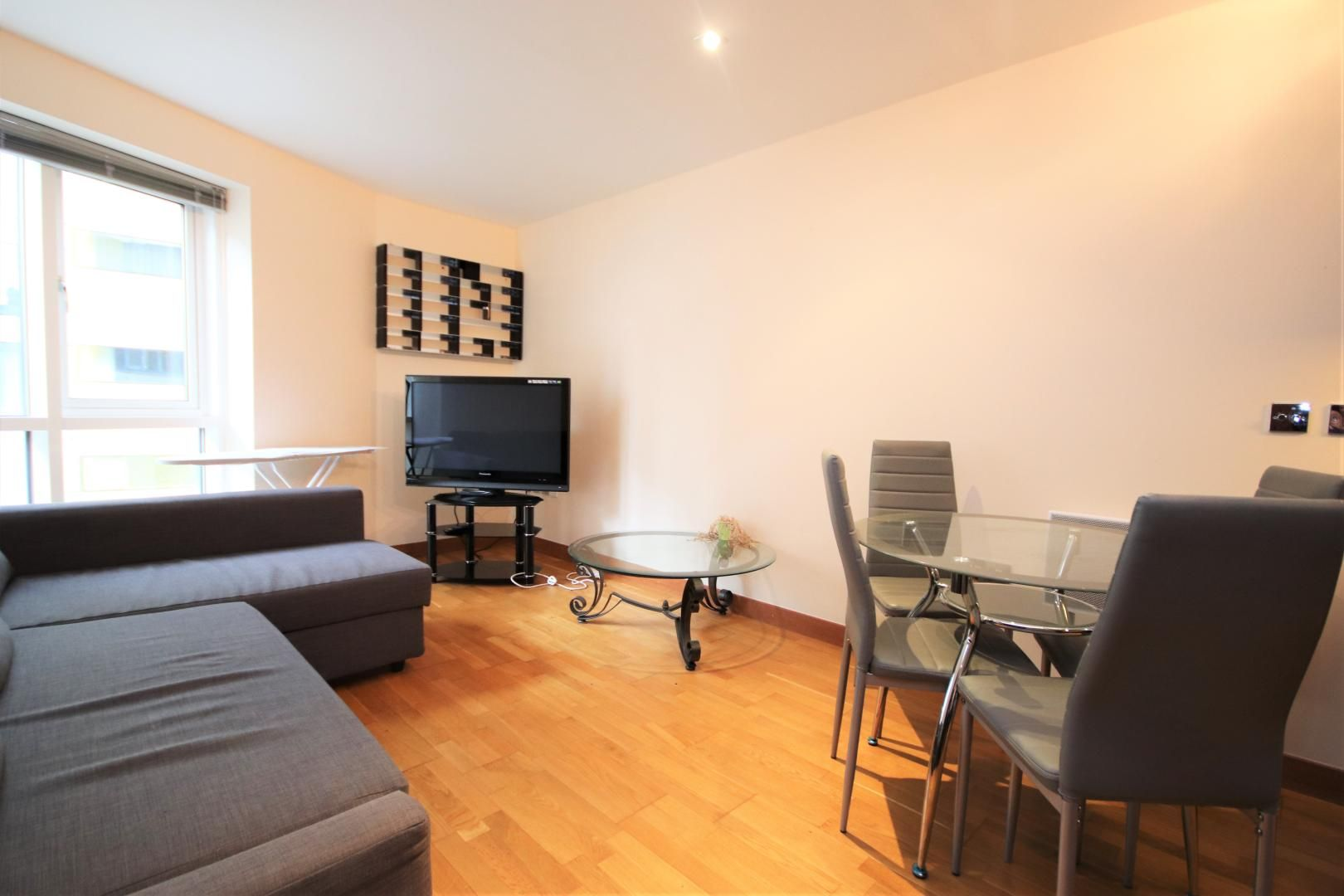 2 bed flat to rent in Block Wharf, E14