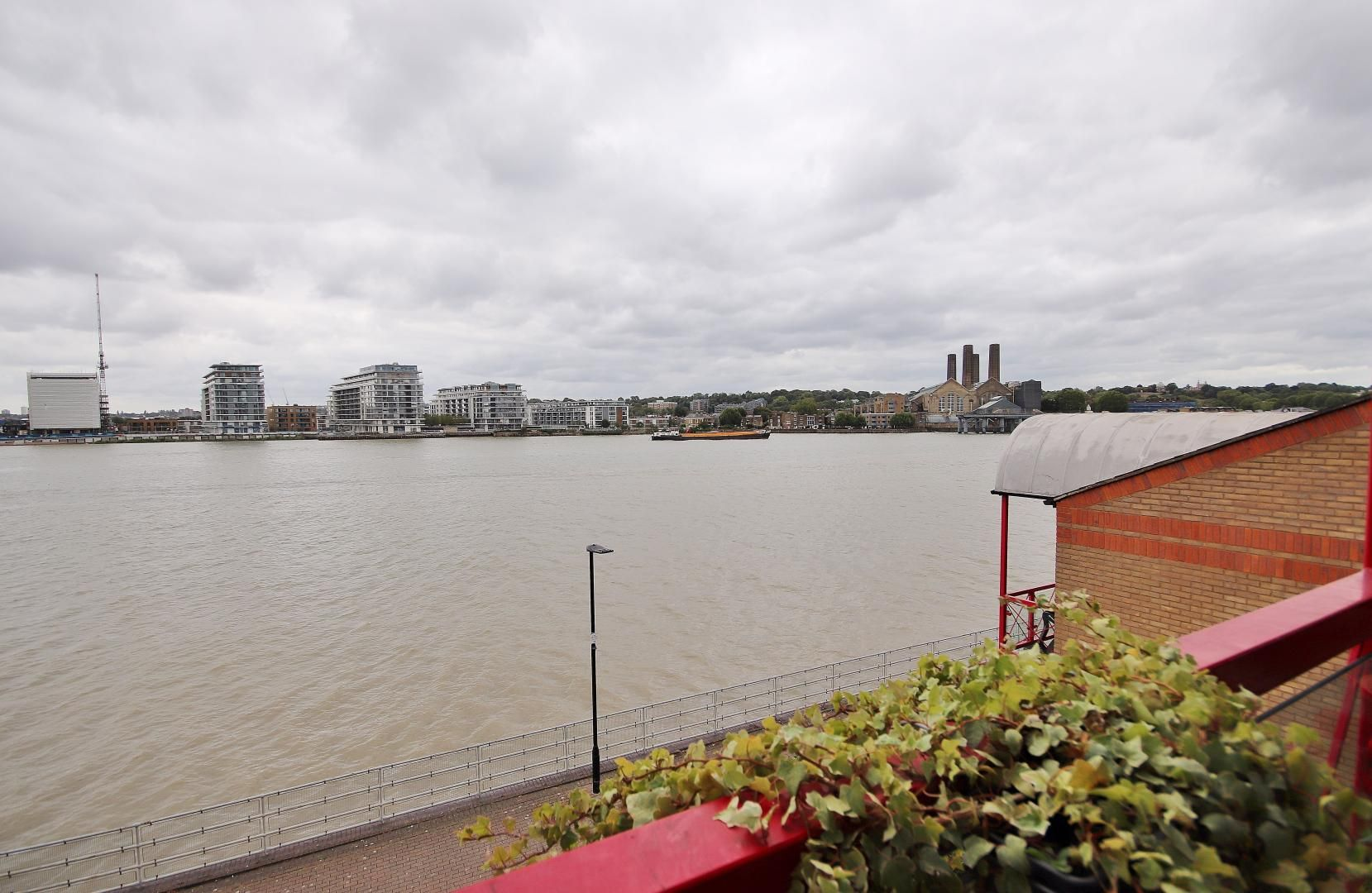 1 bed flat to rent in Caledonian Wharf, E14