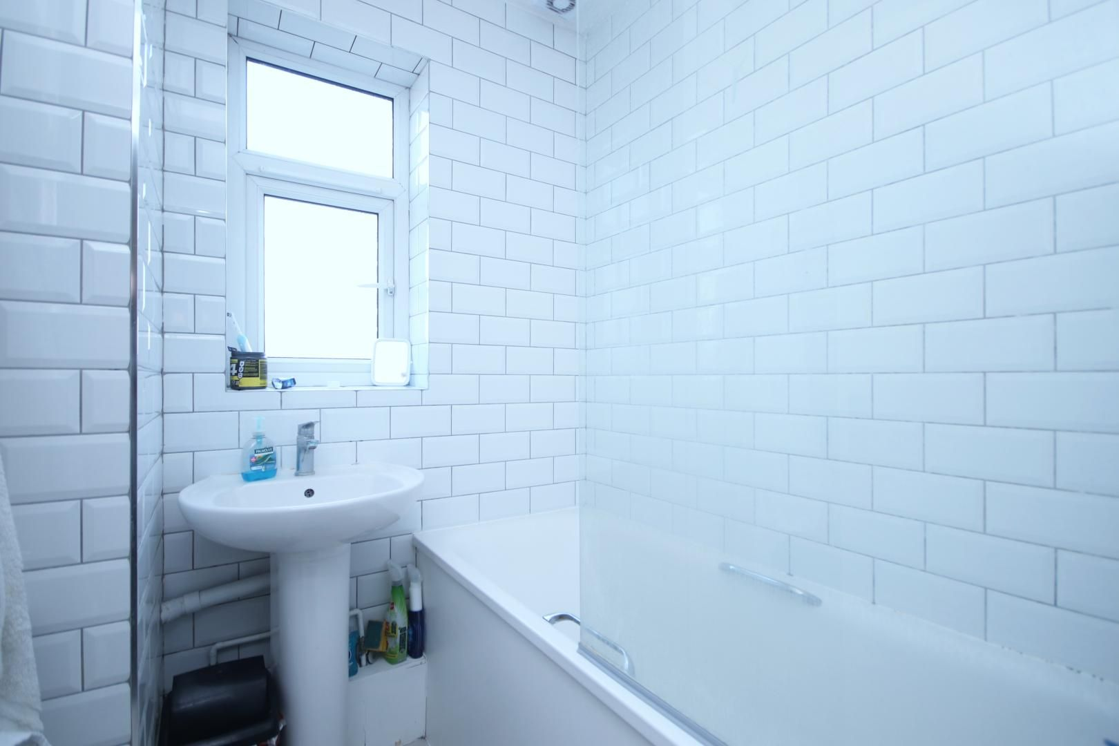 1 bed flat to rent in Gough Walk  - Property Image 5