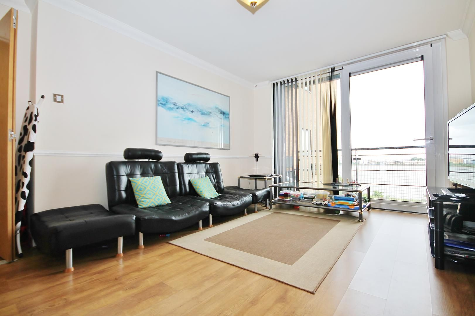 2 bed flat to rent in Hull Place, E16