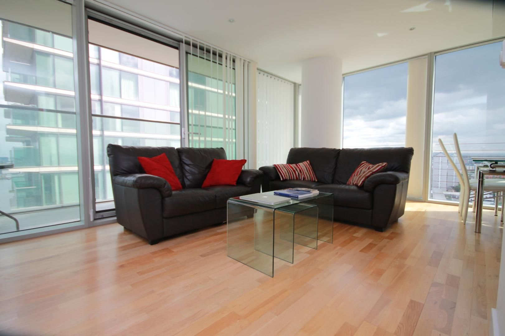 2 bed flat to rent in Marsh Wall, E14