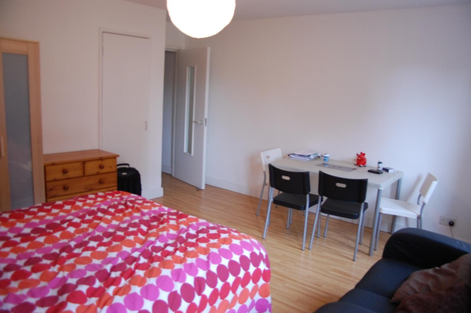 to rent in Amsterdam Road  - Property Image 3