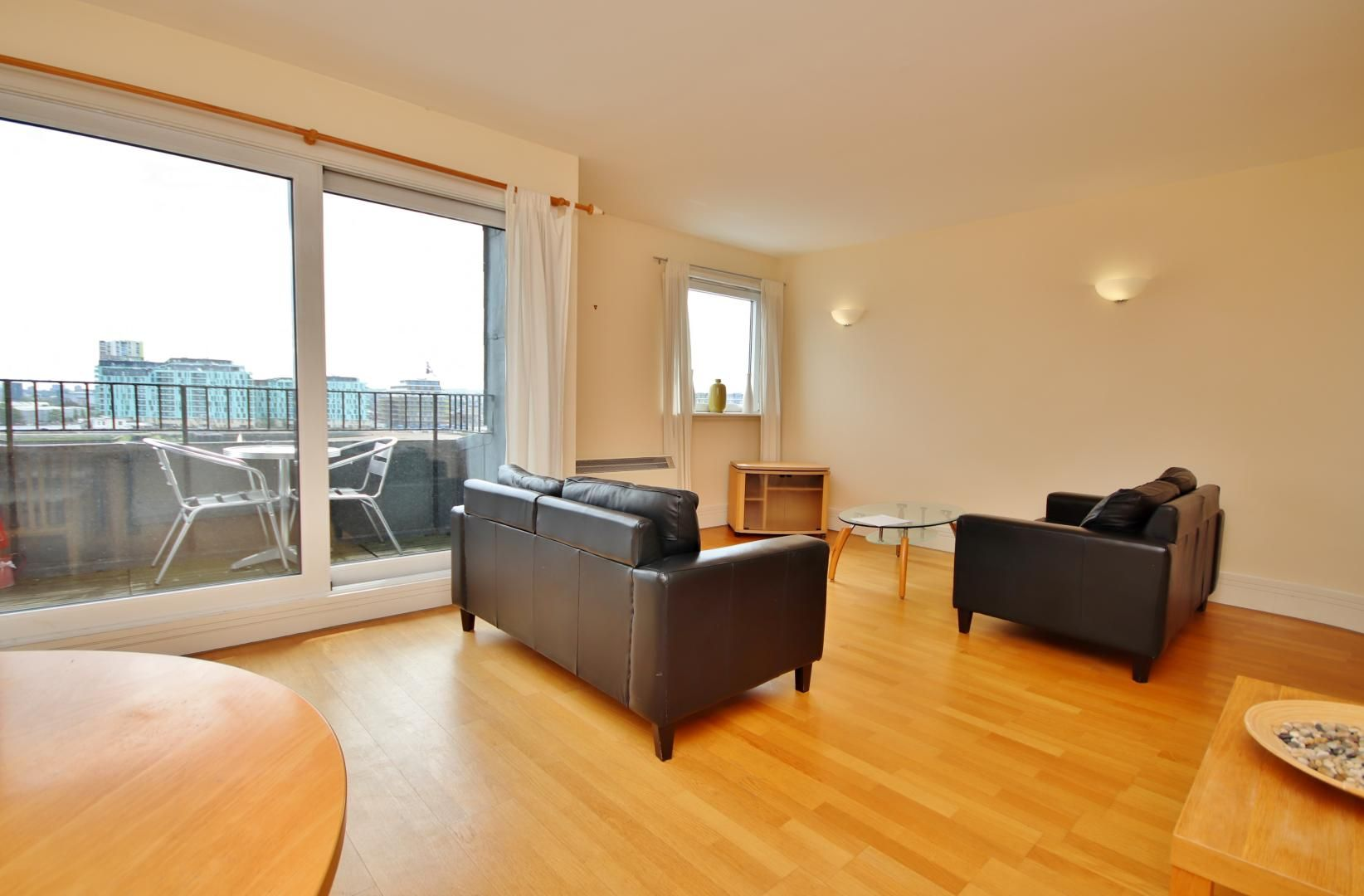 2 bed flat to rent in Cubitt Wharf, E14