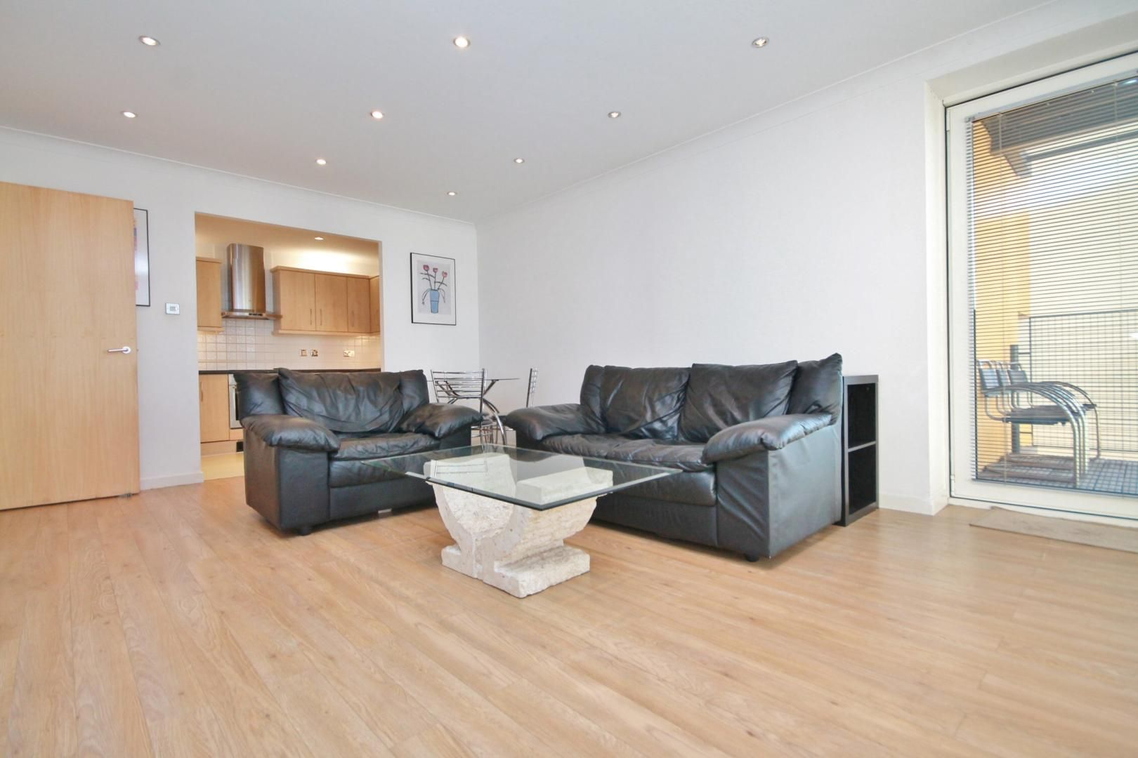 2 bed flat to rent in Boardwalk Place  - Property Image 2
