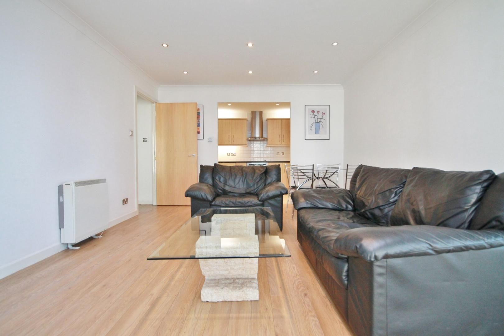 2 bed flat to rent in Boardwalk Place  - Property Image 5