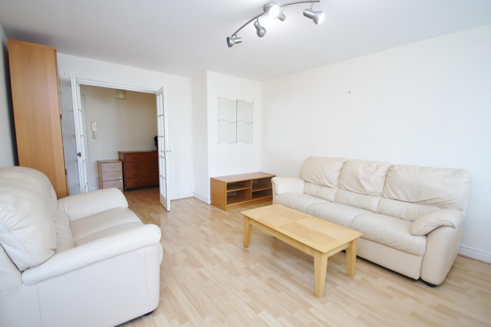 2 bed flat to rent in Wheat Sheaf Close  - Property Image 2