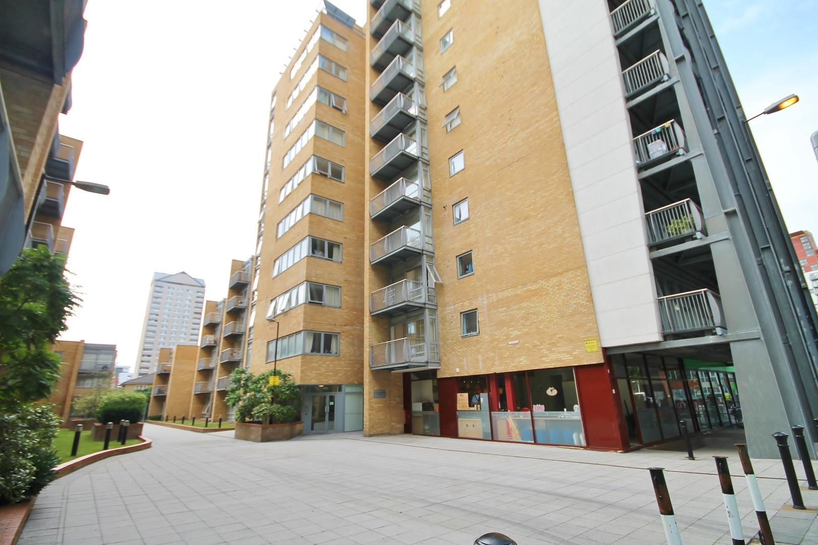 2 bed flat to rent in Cassilis Road, E14
