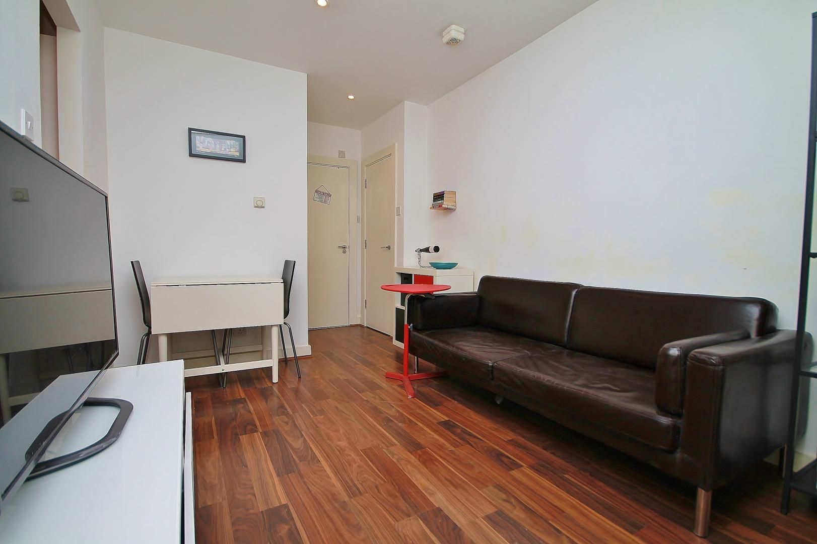 2 bed flat to rent in Hutchings Street, E14