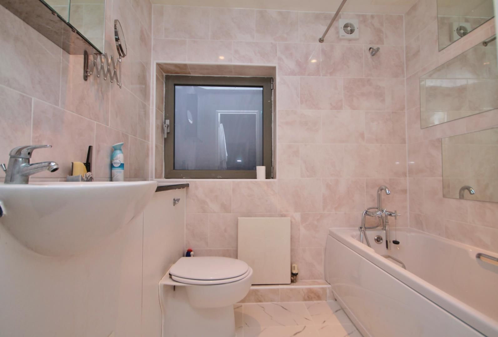 2 bed flat to rent in Hutchings Street  - Property Image 4