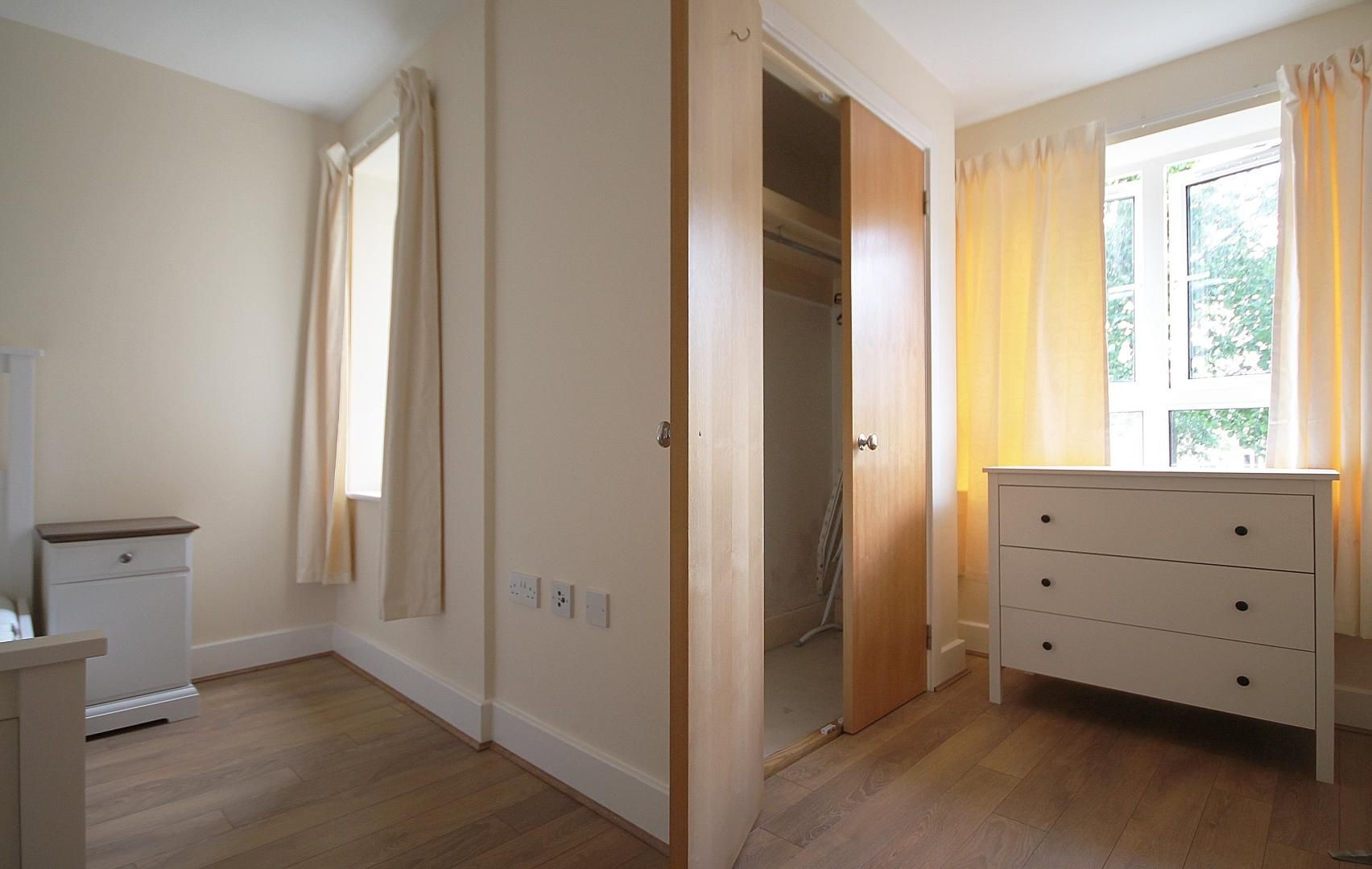 2 bed  to rent in St Davids Square  - Property Image 2