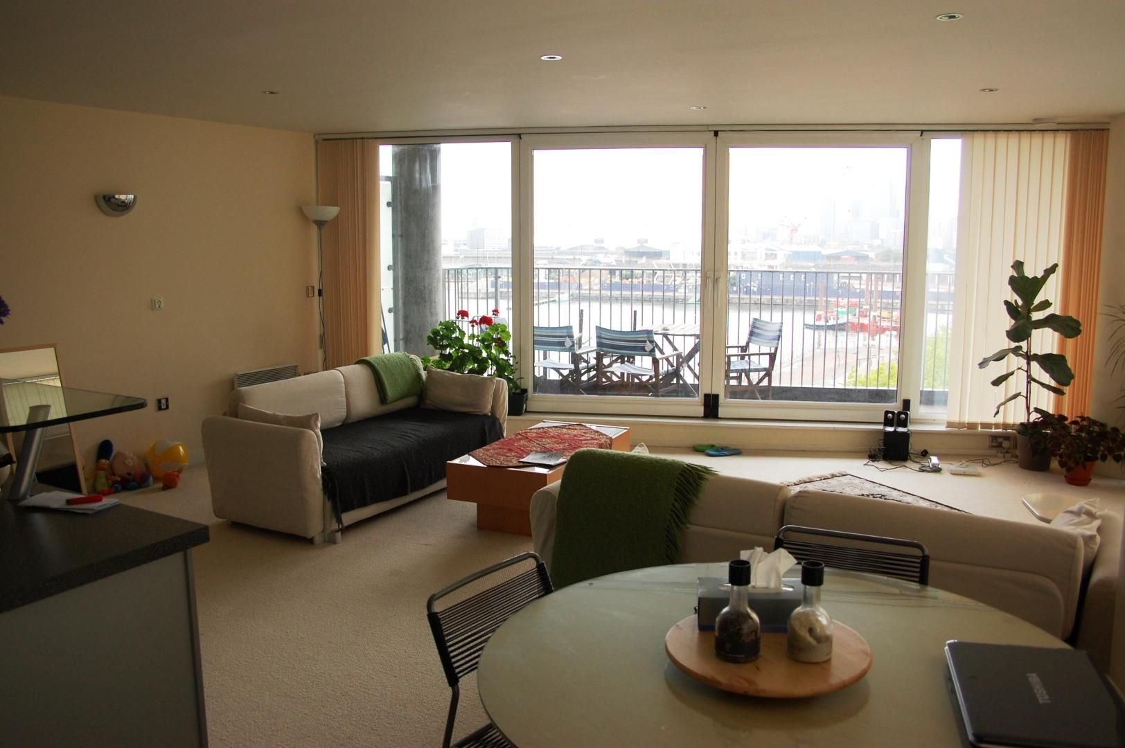 2 bed flat to rent in South Quay Square  - Property Image 2