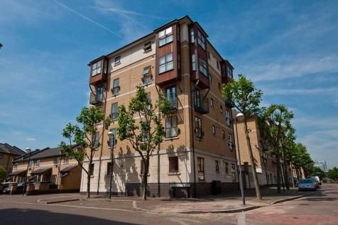2 bed flat to rent in Parr House, E16