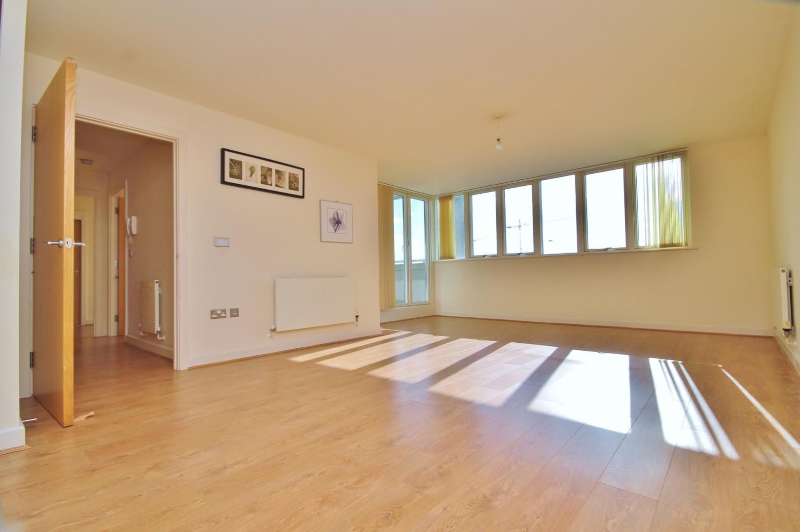 2 bed flat to rent in Rayleigh Road, E16