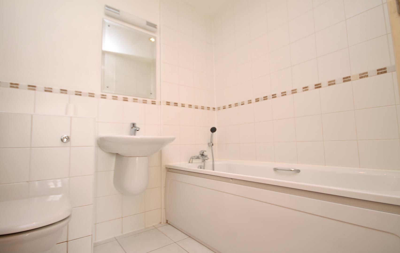 2 bed flat to rent in Rayleigh Road  - Property Image 7