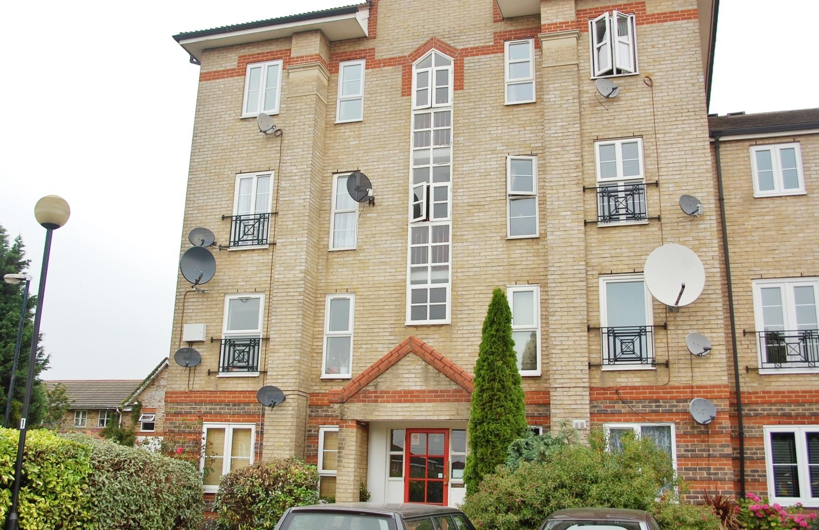 2 bed flat to rent in Tollgate Road, E6