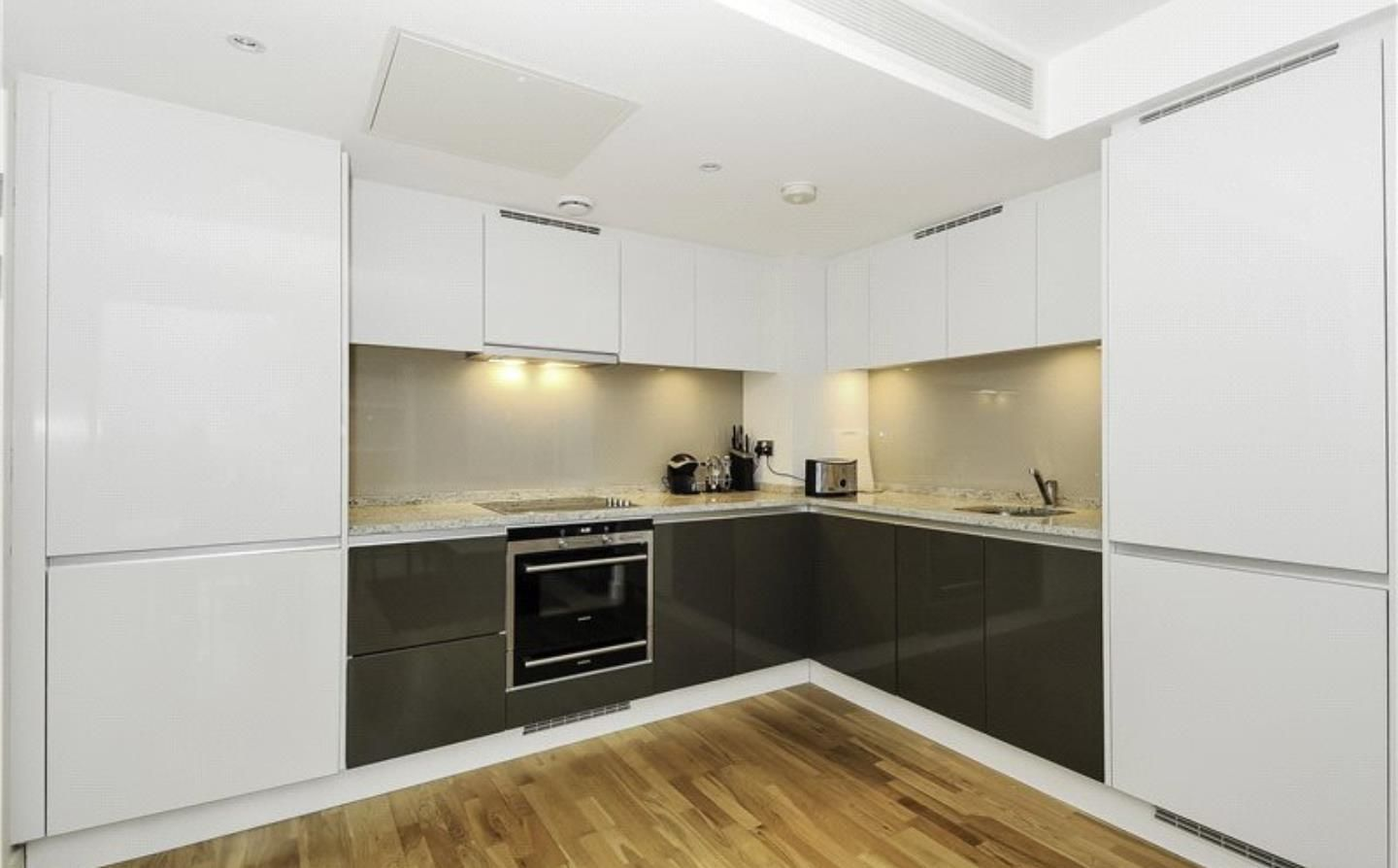 1 bed flat to rent in Landmark East Tower  - Property Image 2