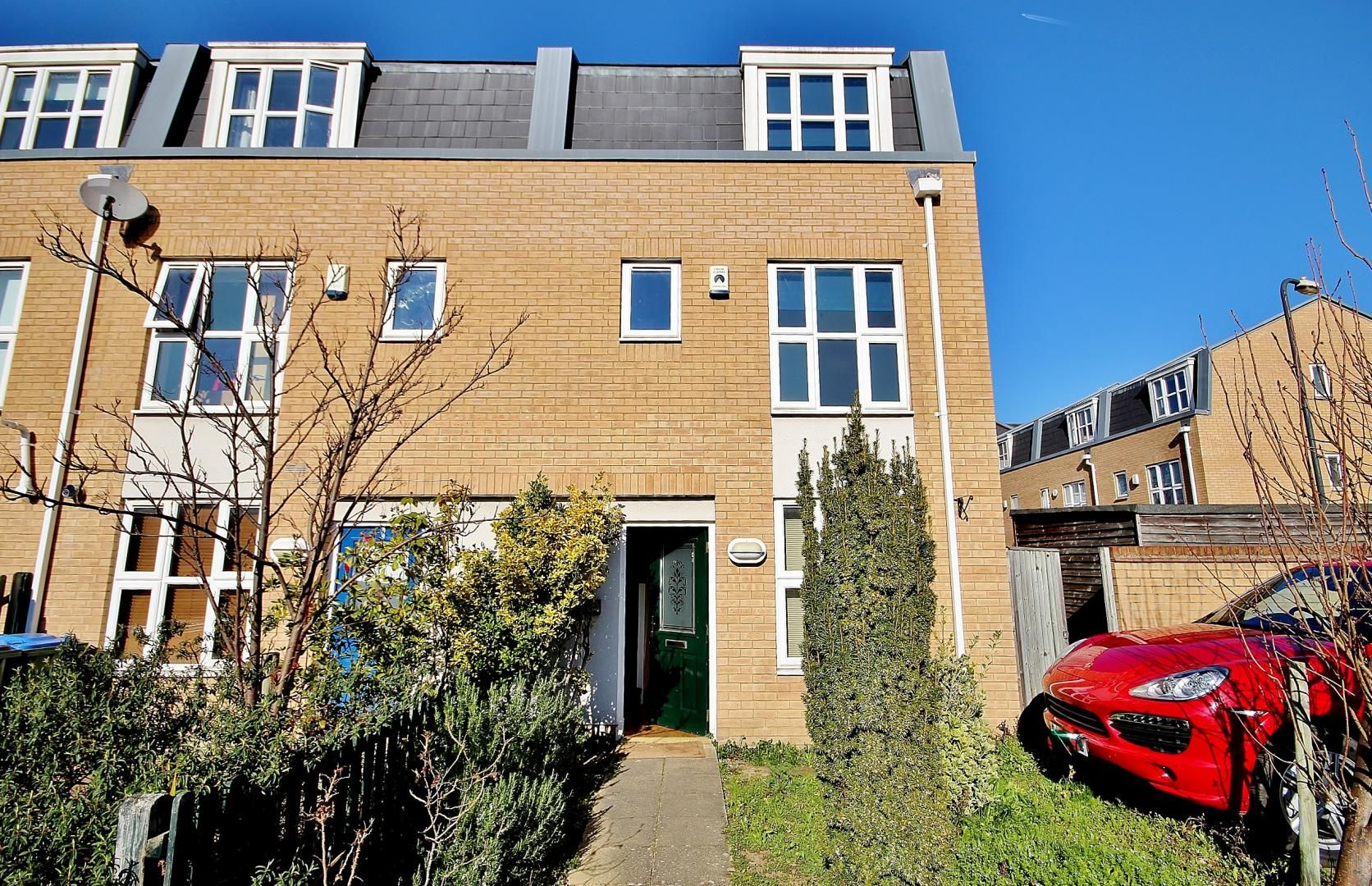 4 bed house to rent in Franklin Place - Property Image 1
