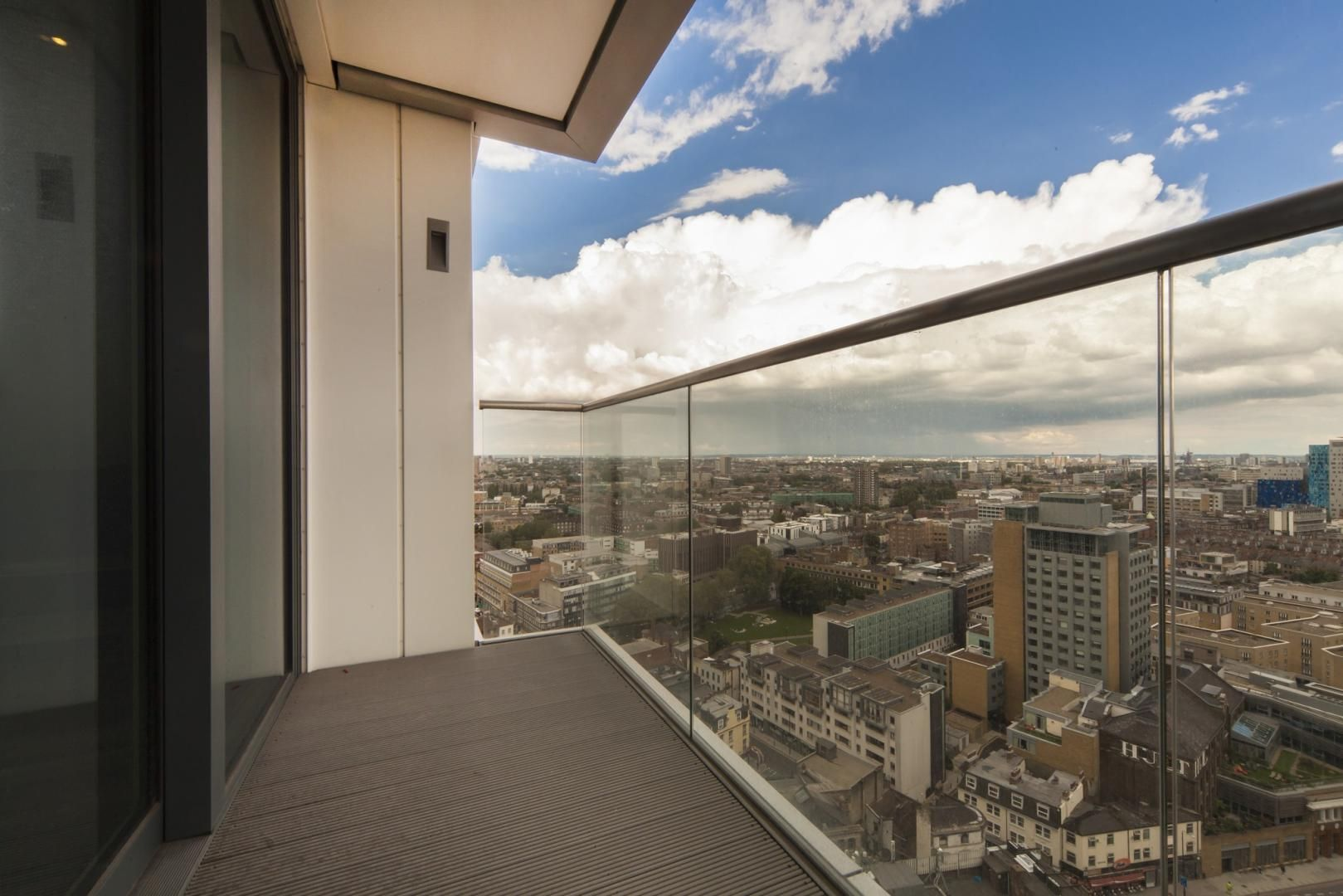 2 bed flat to rent in Altitude point, E1