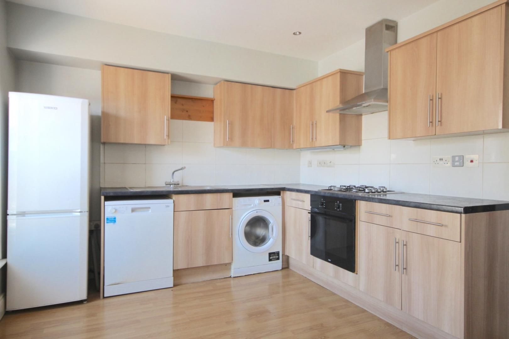 3 bed flat to rent in High Street, SE25