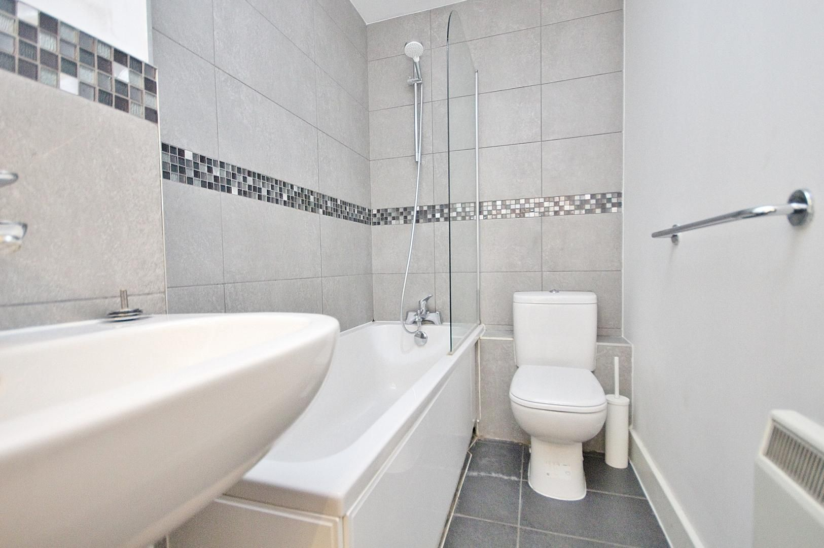 1 bed flat to rent in Skyline Plaza  - Property Image 5