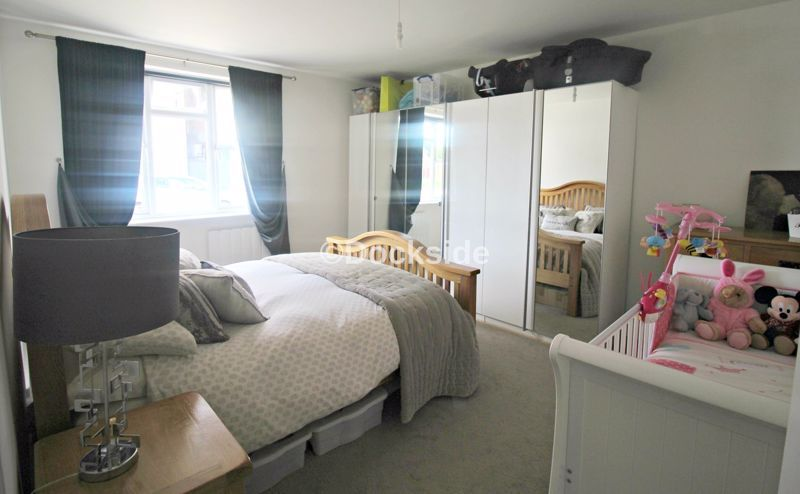 2 bed flat to rent in Station Road, ME8