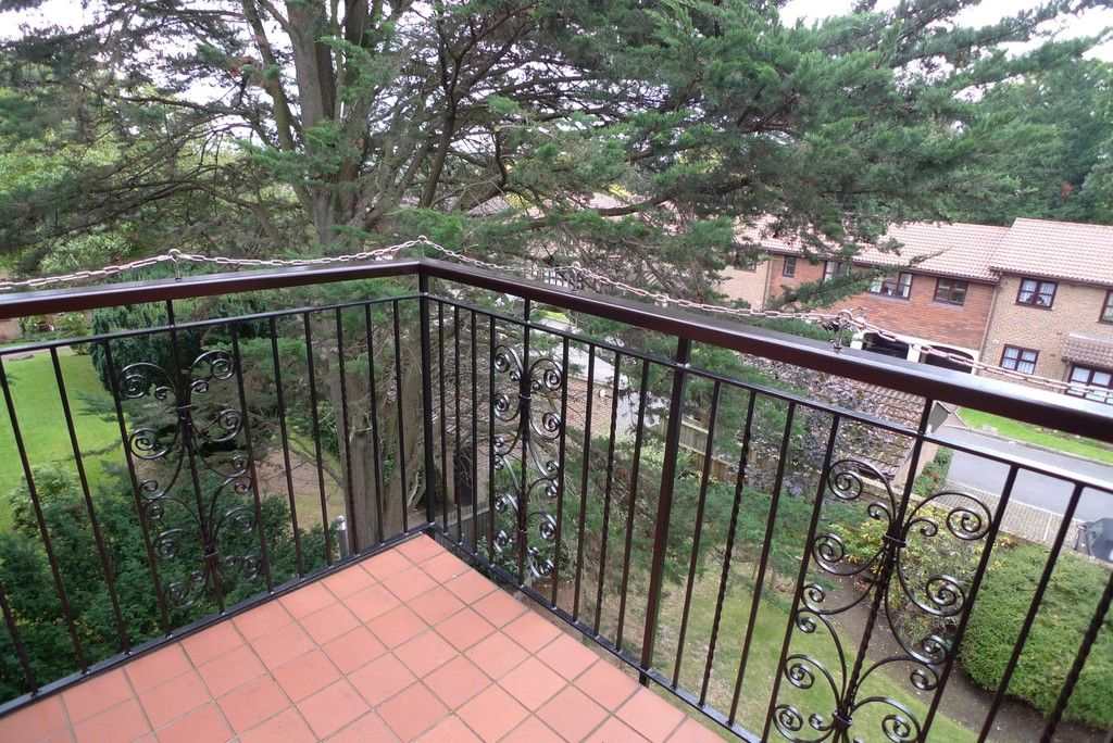 2 bed flat to rent in Parkhill Road, Bexley, DA5 12