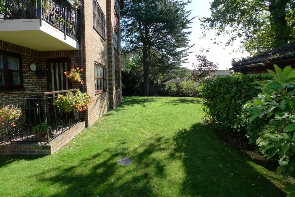 2 bed flat to rent in Parkhill Road, Bexley, DA5 6
