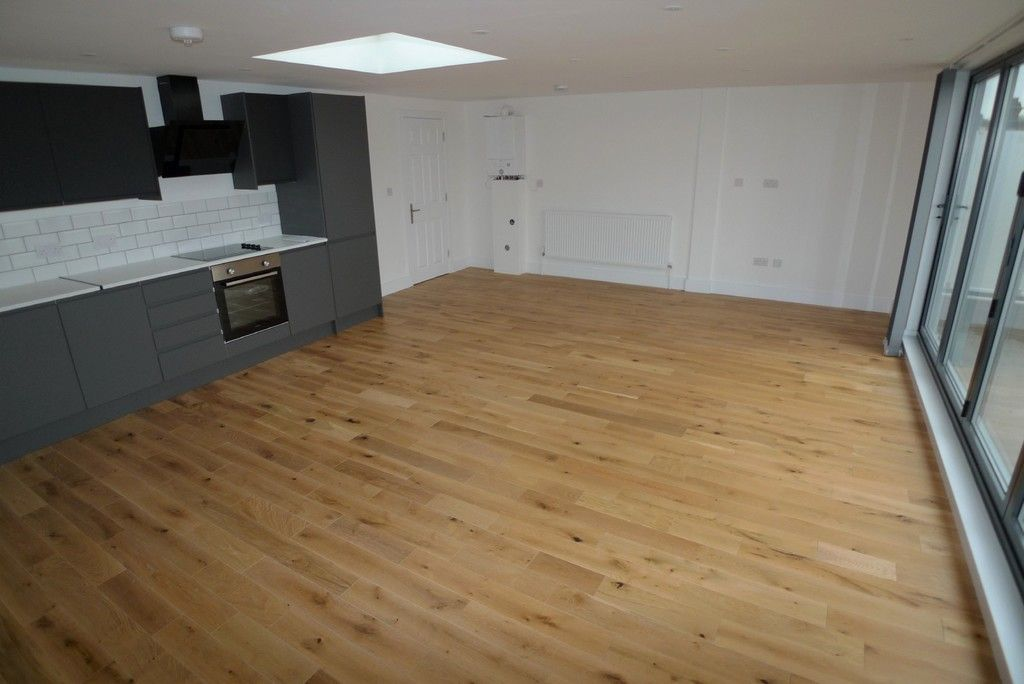 3 bed flat to rent in High Street, Orpington, BR6 3