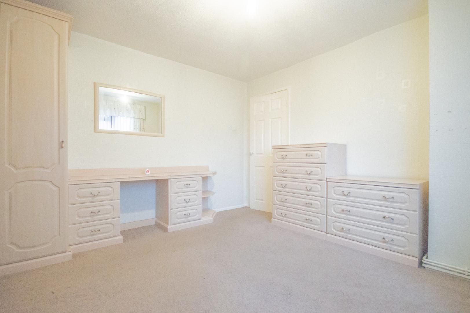 2 bed flat to rent in Glosters Parade 15