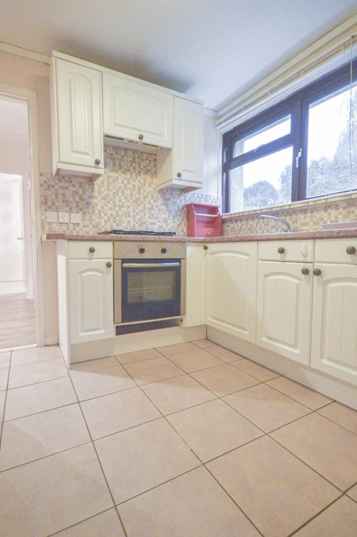 2 bed flat to rent in Glosters Parade 4