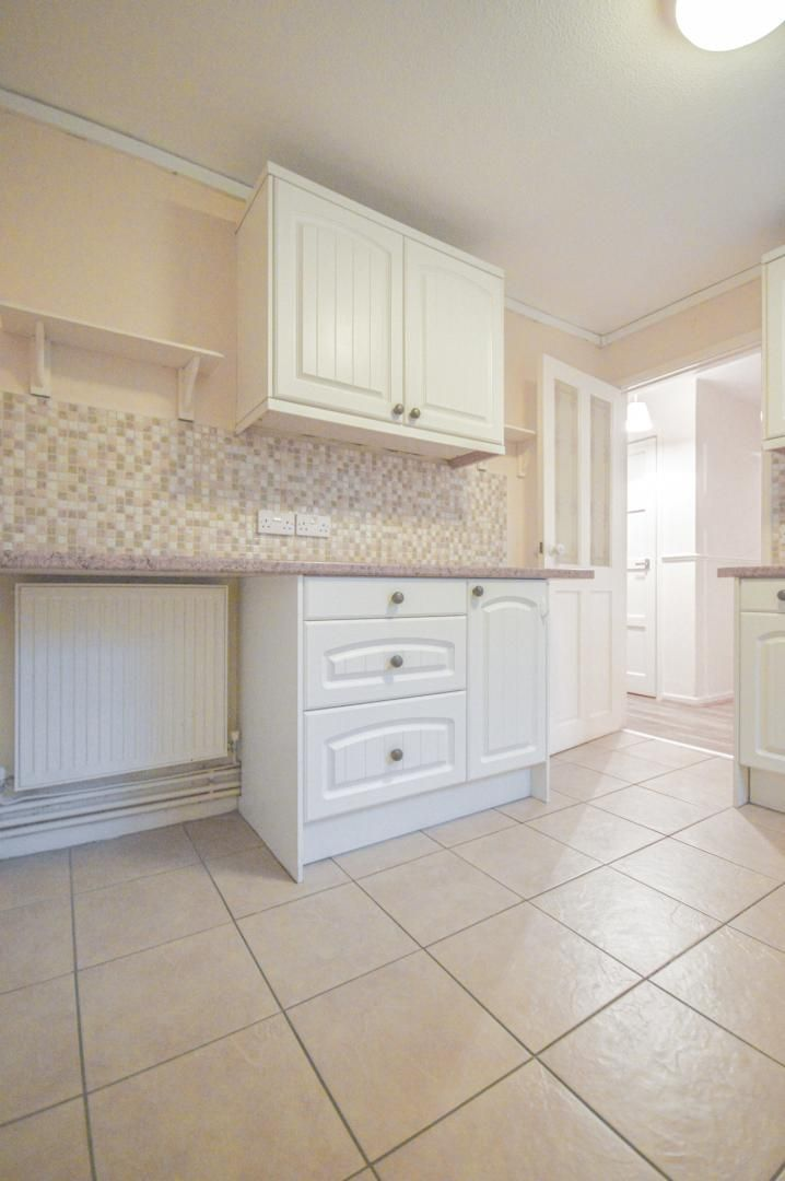 2 bed flat to rent in Glosters Parade 5