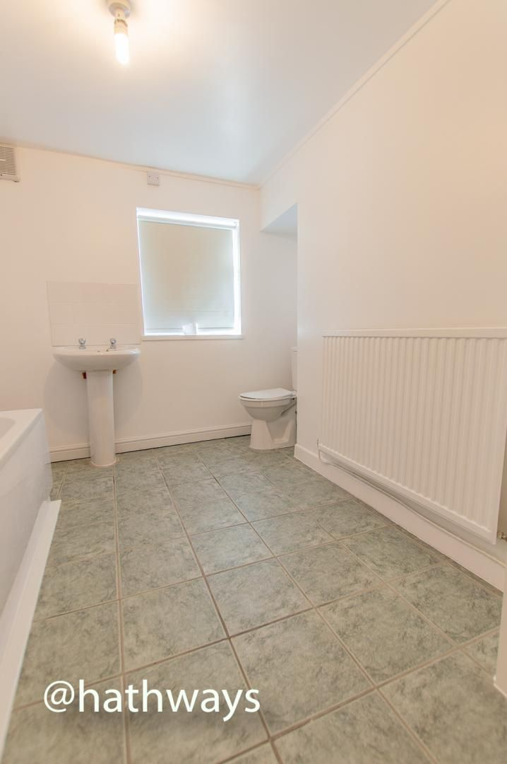 2 bed flat to rent in Newport Road 13