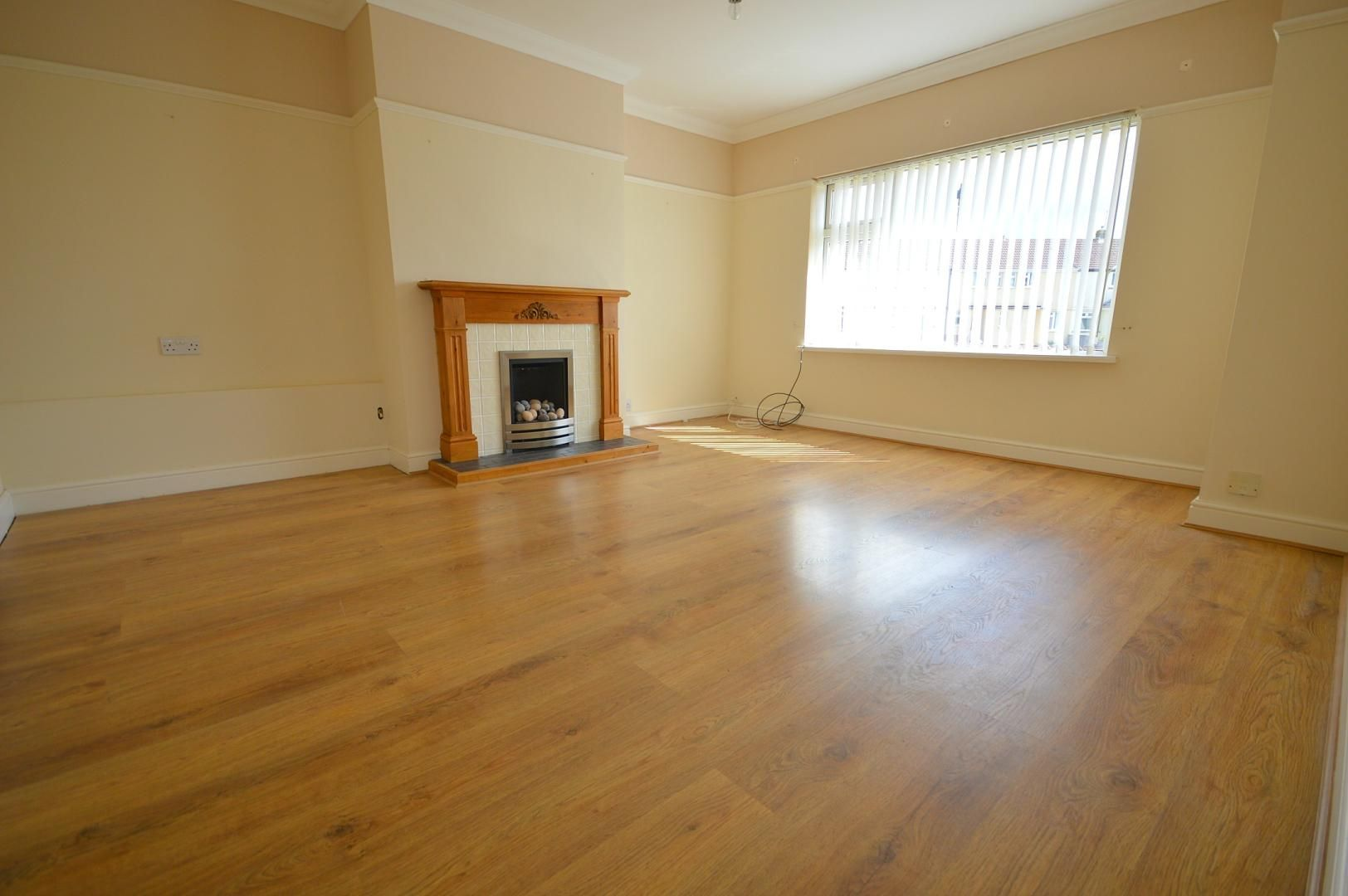 2 bed flat to rent in Glosters Parade 6