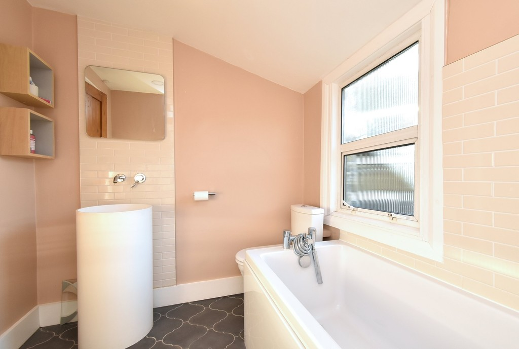 4 bed house to rent  - Property Image 11