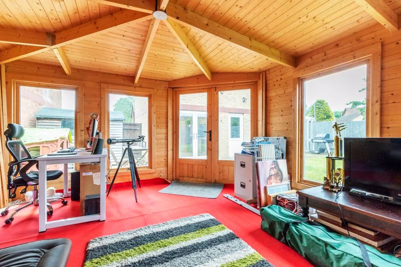 3 bed house for sale in Swallowfield 9