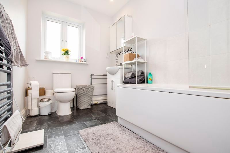 2 bed flat to rent in Eye Road 5
